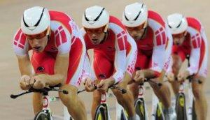 Det danske hold i 4000 meters forfølgelsesløb, Alex Rasmussen, Casper Jørgensen, Michael Mørkøv og JensErik Madsen, vinder sølvmedaljer ved OL i Beijing.