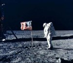 Astronaut Edwin 'Buzz' Aldrin hejser det amerikanske flag på månen