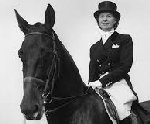 Lis Hartel vinder OL sølv på Jubilee i 1956 i Stockholm, skønt hun er delvis lammet fra hoften og ned på grund af polio