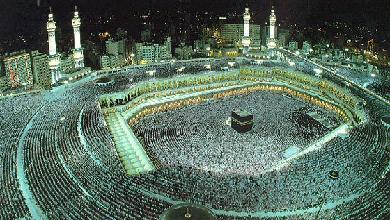 Muslimske pilgrimme vandrer omkring Kabaaen med den hellige sten ved moskéen i Mekka