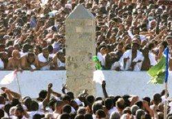 Muslimske pilgrimme kaster sten mod djævelen ved byen Mina